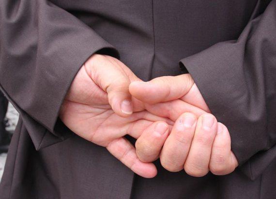 elleri arkadan birleştirmek